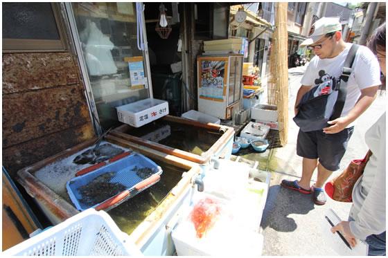 活けのお魚を扱う魚屋さん