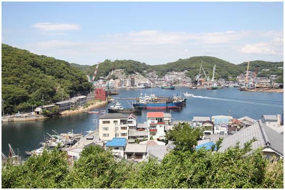 手前が漁港の宮港、奥側が造船ドックが並ぶ真浦港