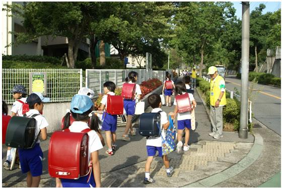 登校時のあいさつ運動の様子