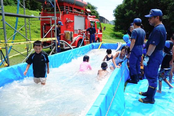 消防署協力による激流豪雨体験