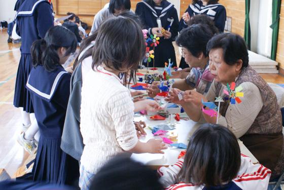 折り紙や切り絵を楽しむ子どもたち