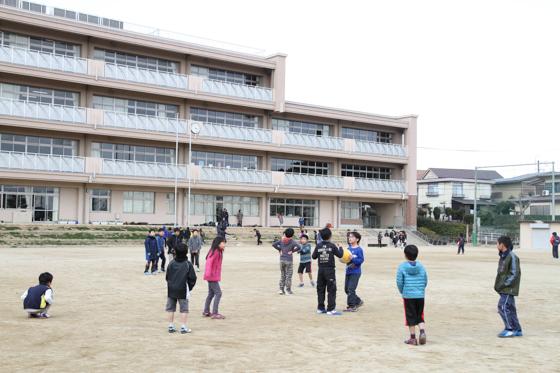 校庭で遊ぶ子どもたち