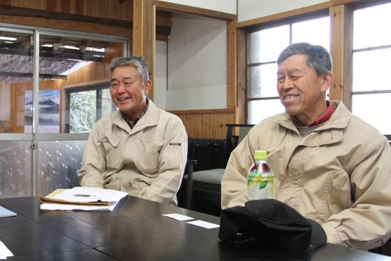 幼なじみの三村修一さん(右)と