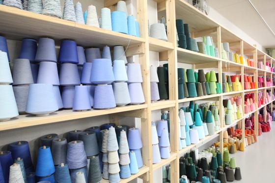 工場には少しずつ色合いが違う糸がいくつも並ぶ