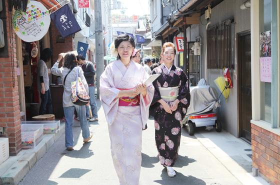 和服でこみちを歩く女性