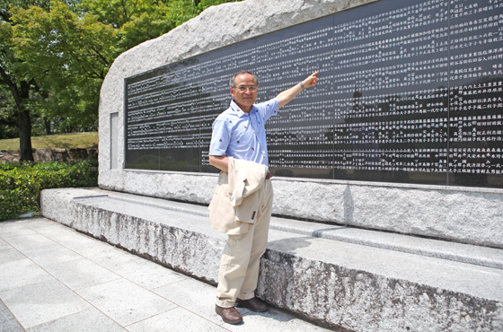 和泉さんと慰霊碑