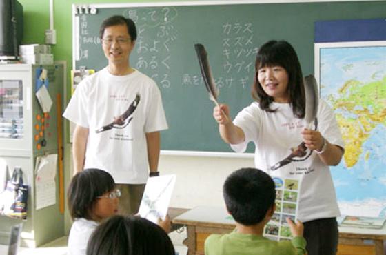 授業中の丸谷さん夫妻