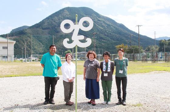 写真:山とマークが写真上で重なり、校長先生が出現