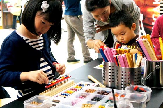 写真:そろばんを組み立てる子ども