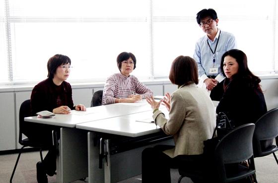 写真:講習中の竹内さんと生徒さん。