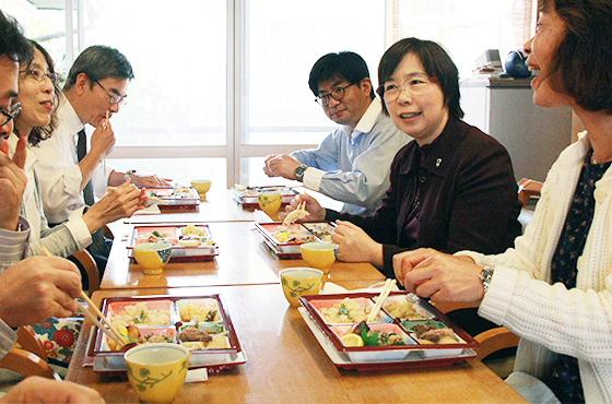 写真:食事中の風景