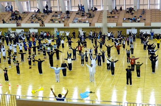 写真:体育館での大人数によるラジオ体操