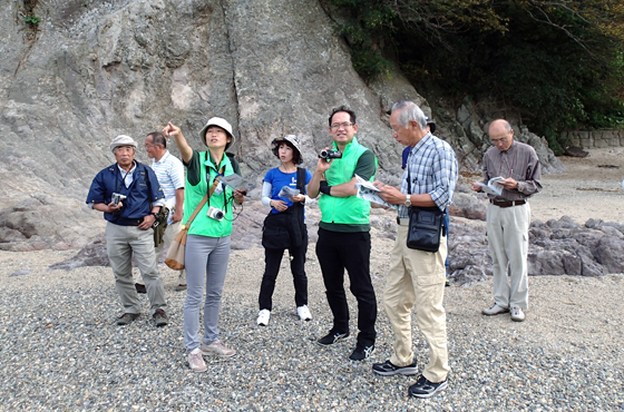 写真:5名の観光客を案内中