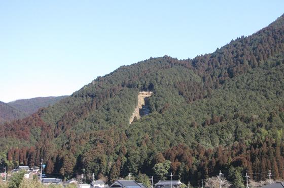 写真:山の遠景。がけ崩れの後が残っている。