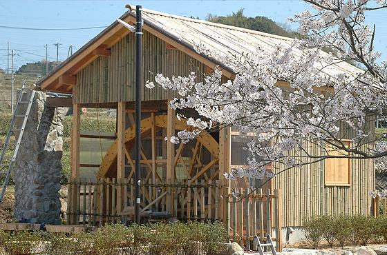 念願の水車が完成。材料の材木は林業を営む住民からの提供だ