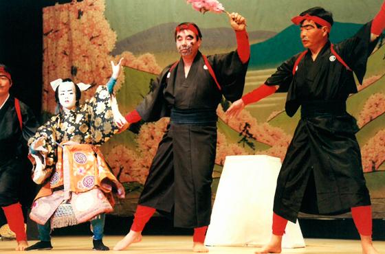 写真:山根さんが小学生だった当時のクラブ顧問、中村耕造先生(右端)と共演