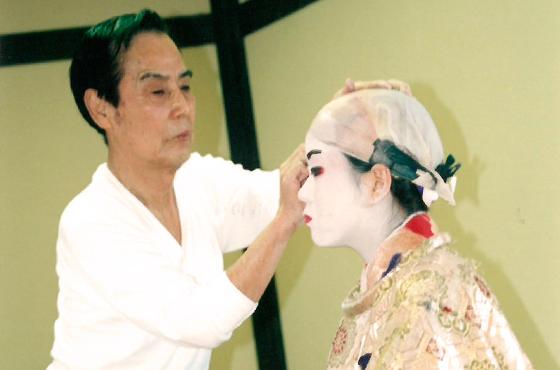 写真:和歌若師匠に歌舞伎メイクをしてもらう山根さん