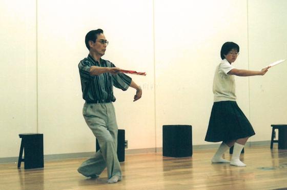 写真:高校生の山根さん。中村和歌若師匠に手ほどきを受ける