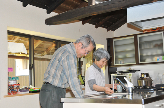 写真:かじかの郷で古民家体験をする大阪府堺市の東屋さん夫妻