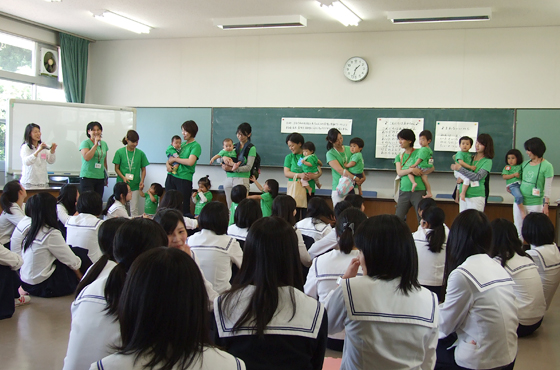 写真:兵庫県立須磨友が丘高等学校での赤ちゃん先生クラス
