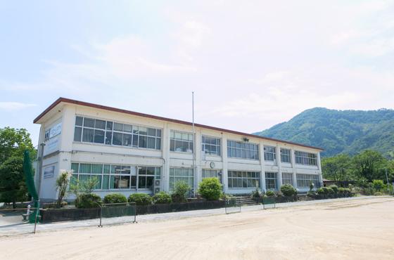 廃校になった青渓中学校の校舎に株式会社オーシスマップと株式会社ピーナッツがある