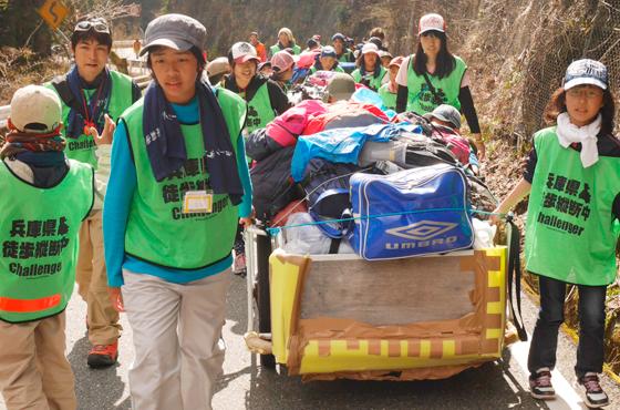 責任感や自立心を養う兵庫県リアカー縦断のチャレンジウォーク。