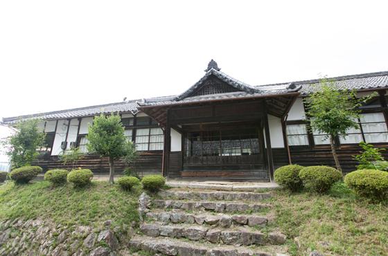 明治37年に建築された黒川小学校。廃校後は黒川公民館となり11月には里山まつりが開催される。