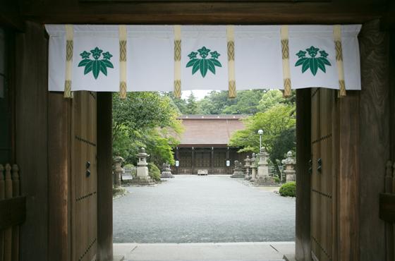 清和源氏発祥の地である多田神社。国指定重要文化財の拝殿には源満仲らが祀られている。