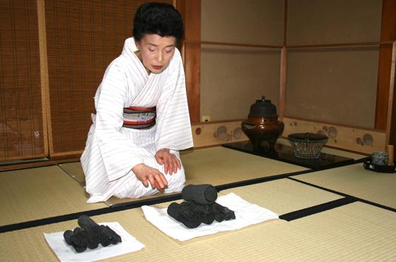 63年炭を使い続けている茶道表千家教授の竹内芳子さん