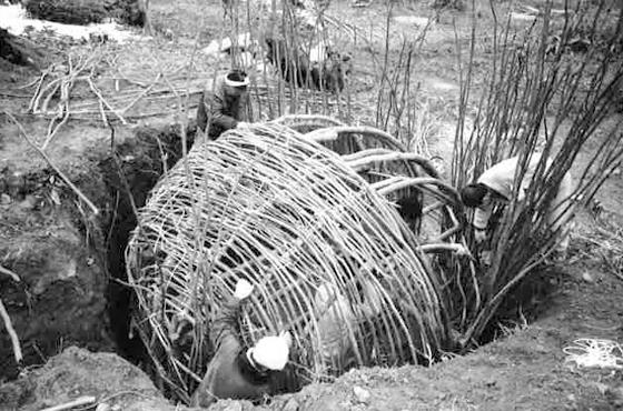 約30年前の炭窯をつくる作業風景