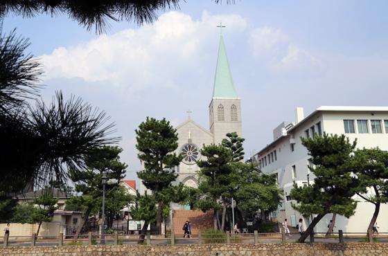 空を突き刺す尖塔が美しい、カトリック芦屋教会