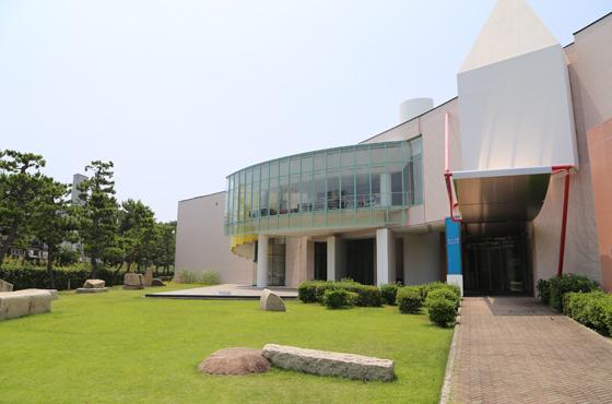 芦屋ゆかりの美術家の作品や歴史資料を所蔵し、展示する芦屋市立美術博物館