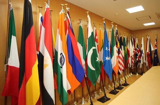 現在、30ヶ国の生徒が学ぶ県立芦屋国際中等教育学校。応接室に在校生の国旗が並ぶ。