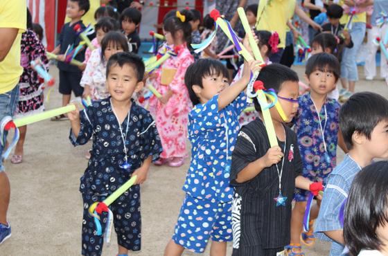 あおば幼稚園の夏祭りでシデ棒を手に新相生ペーロン音頭を踊る園児たち