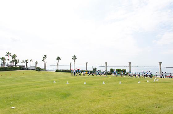 鳴尾浜臨海公園。芝生広場では幼稚園の運動会も行われテニスや海釣りなどが楽しめる。プールや温泉を備える健康増進施設は井上さんのお気に入り。