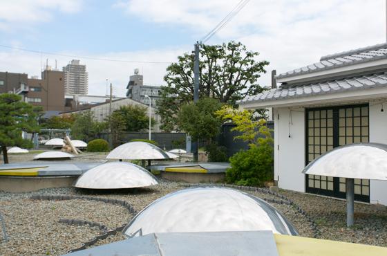 宮水をくみだす井戸の敷地を、白鷹・白鹿・大関の3社が一部提供しあって修景整備された宮水庭園。
