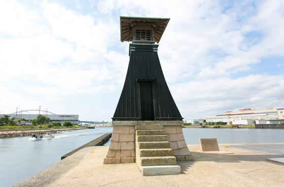 今津灯台は日本最古の木造灯台。200年を越えてなお海上保安庁の海図に載る現役。