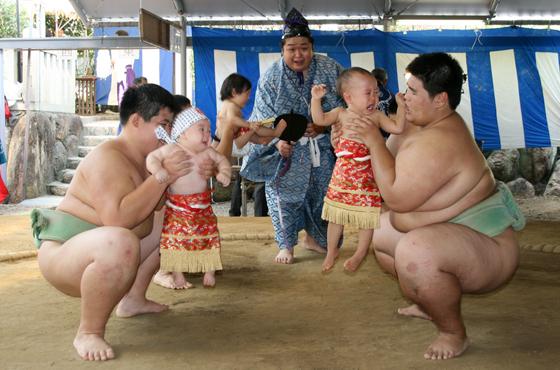 越木岩神社で毎年行われる泣き相撲。報徳学園相撲部部員が乳幼児を泣かせようと奮闘。引き分けになることが多い。