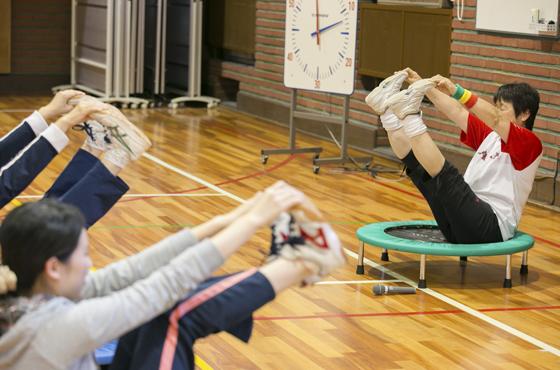 「テレビを見ながらでもできる運動よ」と井上さん。