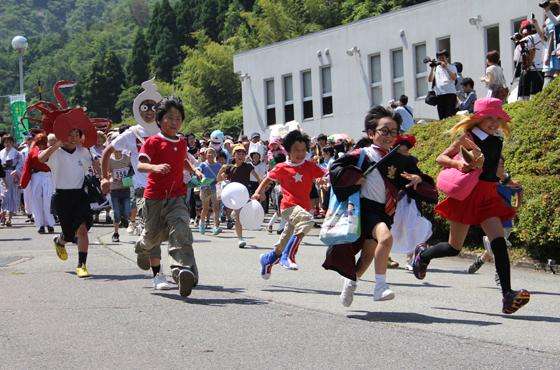 毎年6月に新温泉町で開催される全国かくれんぼ大会。