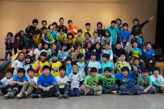 岡本さんの指導でTシャツをデザインした浜坂北小学校の生徒たち。