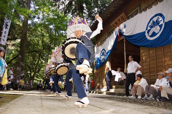 約450年前から続く久谷地区のざんざか踊り。中高生8人が古式ゆかしく踊る。