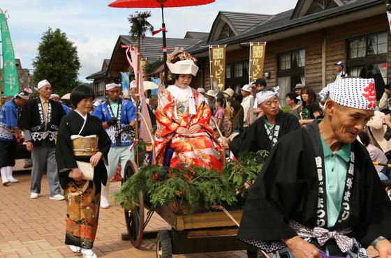 9月第4日曜日に開催される「牛まつり」。牛車に引かれた花嫁行列が再現される。