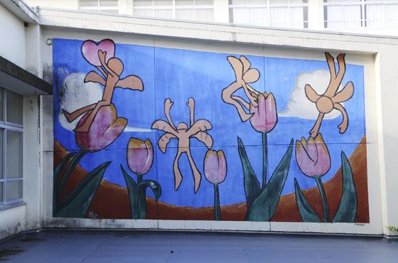高校3年生の時に県立浜坂高等学校の2階外壁に1人で描き上げた「虫の視点」