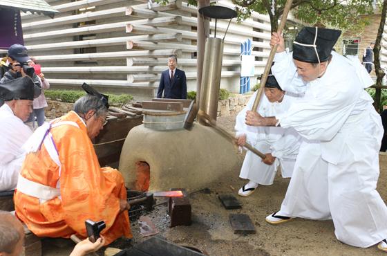 鍛冶の伝統技術を伝える金物古式鍛錬の実演