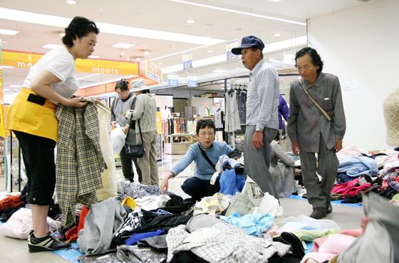 淡路島のスーパーマーケットの協力を得て開催されたリサイクル市