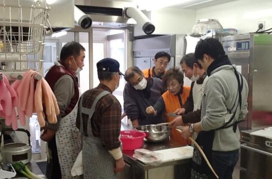 岩手県大槌町で被害の少なかった人と仮設住宅に暮らす人を結ぶ「男の料理教室」