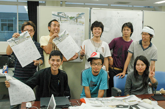 「シナリオ丹波」提案作成していた学生当時の出町さん(一番右)