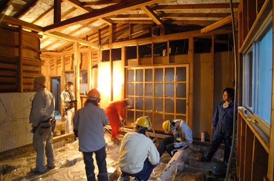 佐治スタジオの改修は学生をはじめ、地元の子どもから大人まで参加した。