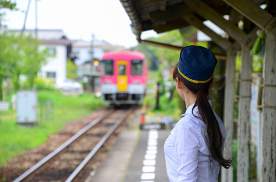 モン・ファボリ開店の日はボランティア駅長としてホームに立つ。